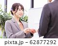 女性 ビジネス 名刺交換 62877292