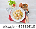 エビピラフ、海老とマッシュルームのピラフ、洋風バター・コンソメ味の炊込みご飯。オニオンスープ添え。 62889515