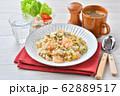 エビピラフ、海老とマッシュルームのピラフ、洋風バター・コンソメ味の炊込みご飯。オニオンスープ添え。 62889517