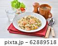 エビピラフ、海老とマッシュルームのピラフ、洋風バター・コンソメ味の炊込みご飯。オニオンスープ添え。 62889518
