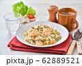 エビピラフ、海老とマッシュルームのピラフ、洋風バター・コンソメ味の炊込みご飯。オニオンスープ添え。 62889521