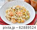 エビピラフ、海老とマッシュルームのピラフ、洋風バター・コンソメ味の炊込みご飯。オニオンスープ添え。 62889524