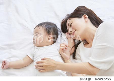 赤ちゃんと母親 62897255