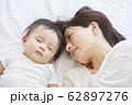 赤ちゃんと母親 62897276