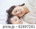 赤ちゃんと母親 62897281