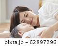 赤ちゃんと母親 62897296