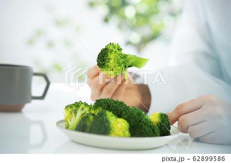 ブロッコリー 野菜 食事 フォーク 糖質制限 ダイエット 62899586