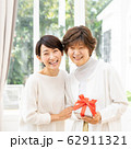 母の日 親子 プレゼント 母娘 ファミリーイメージ 62911321