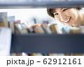 女性 図書館 62912161
