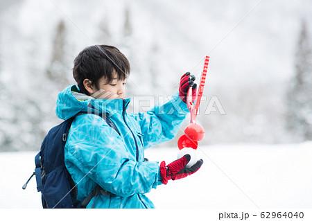 冬を楽しむ子ども 62964040