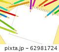 色鉛筆と画用紙のイラスト背景 62981724