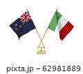 二つの国の卓上国旗 62981889