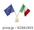 二つの国の卓上国旗 62981903