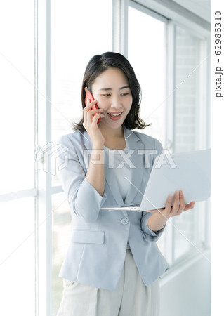 女性 ビジネス スマホ ノートパソコン 62986310