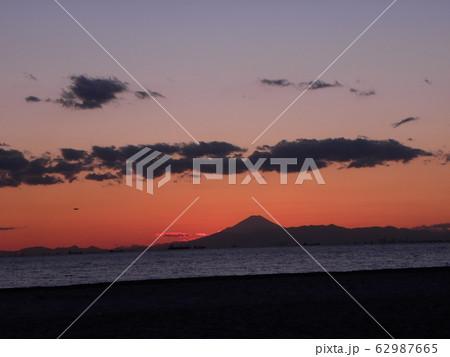 稲毛海岸から見た夕焼けに富士山 62987665