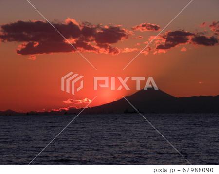 稲毛海岸から見た夕日が沈むときの富士山 62988090