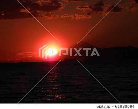 稲毛海岸から見た夕日が沈むときの富士山 62988094