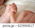 写真素材:指を握る赤ちゃんの手 62990817