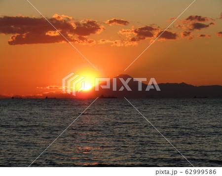 太陽が富士の裾野に沈みます 62999586
