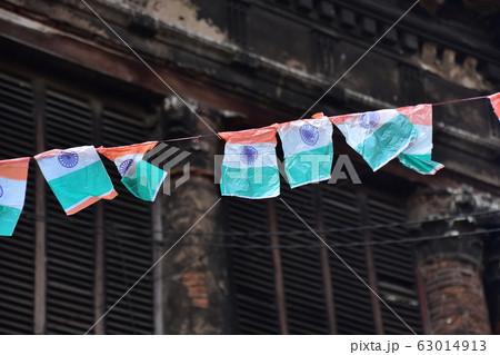 インドのコルカタの古い街並みと住居 インドの祝祭日に多数のインド国旗を空中に吊るす光景  63014913