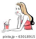 カフェで頬杖をつく女性 赤いドレス 63018915