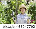 ガーデニングイメージ 花の苗を持つ女性 カメラ目線 63047792