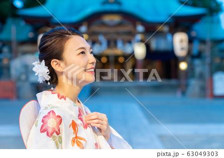 浴衣を着た女性 お祭り 参拝 63049303