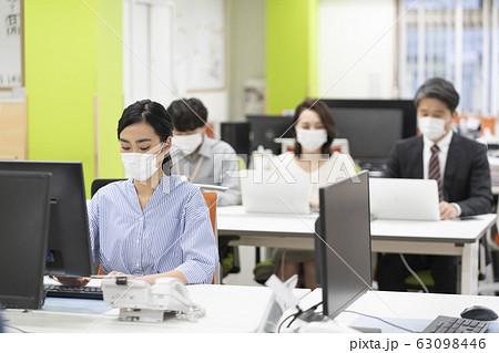 マスクをして働く人々  63098446
