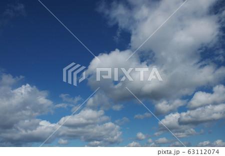 青空と白い雲 perming  空と雲の写真素材 63112074