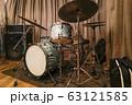 ジャズクラブのドラムセット(ビンテージ) 63121585