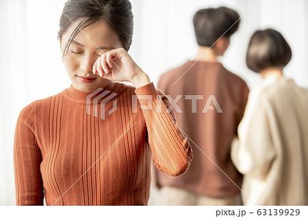 失恋をした若い女性 63139929