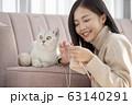 猫と暮らす若い女性 63140291