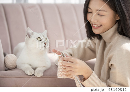 猫と暮らす若い女性 63140312