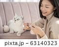 猫と暮らす若い女性 63140323