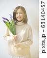 花を持った若い女性のポートレート 63140457