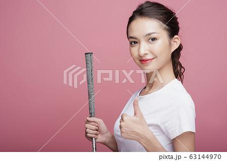 ゴルフをする女性のポートレート 63144970