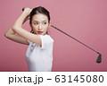 ゴルフをする女性のポートレート 63145080