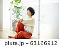 女性 ニット ショートヘア 座る 63166912