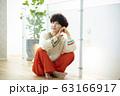 女性 ニット ショートヘア 座る 63166917