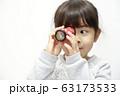 万華鏡で遊ぶ幼児(5歳児) (白バック) 63173533
