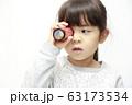 万華鏡で遊ぶ幼児(5歳児) (白バック) 63173534