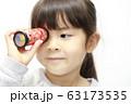 万華鏡で遊ぶ幼児(5歳児) (白バック) 63173535