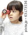 万華鏡で遊ぶ幼児(5歳児) (白バック) 63173536