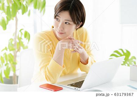 女性 カジュアルビジネス ポートレート 63179367