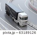 高速道路を走行するする大型電動トラック、コンテナにソーラーパネルが備えている 63189126