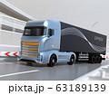 高速道路を走行する大型電動トラックのイメージ 63189139