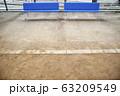 青いベンチと運動場の砂 63209549