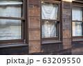 レトロな木の外壁と窓 63209550