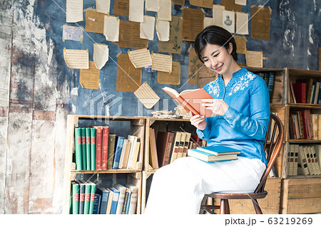 本を読む女性 63219269