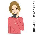 女性 笑顔 耳打ち 教える 63223157